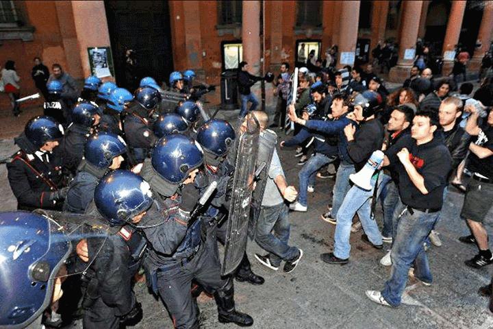 cariche della polizia