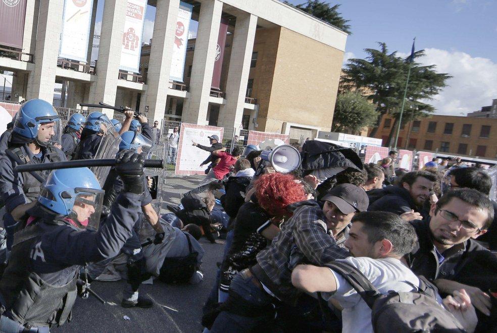 cariche-polizia-a-roma-4-ottobre-2003