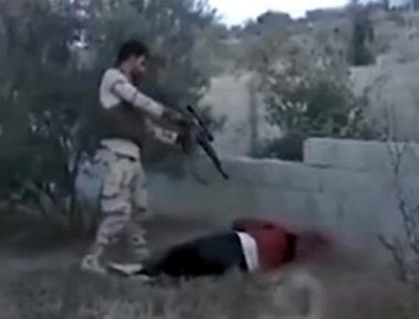 Un'immagine estratta dal video che mostra l'esecuzione di tre persone in Sinai