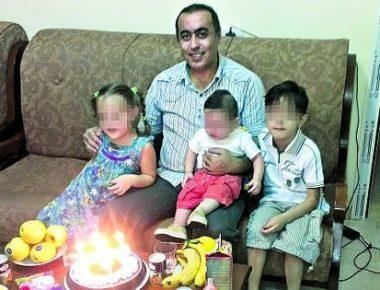 Il dottor Mohanad Jammo insieme ai suoi tre figli: i due maschietti sono morti in mare