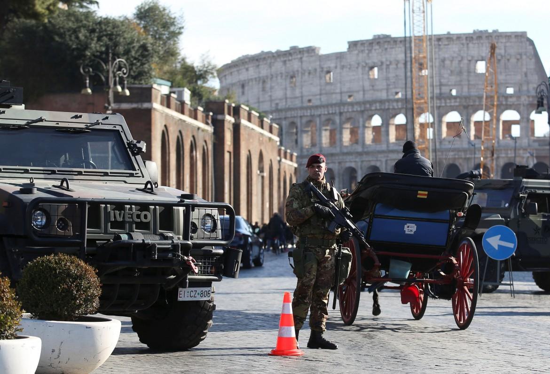 militari in strada