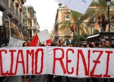 Un momento della contestazione nei confronti del Premier Matteo Renzi all'esterno di Villa Bellini, Catania, 11 Settembre 2016. ANSA/ SCARDINO
