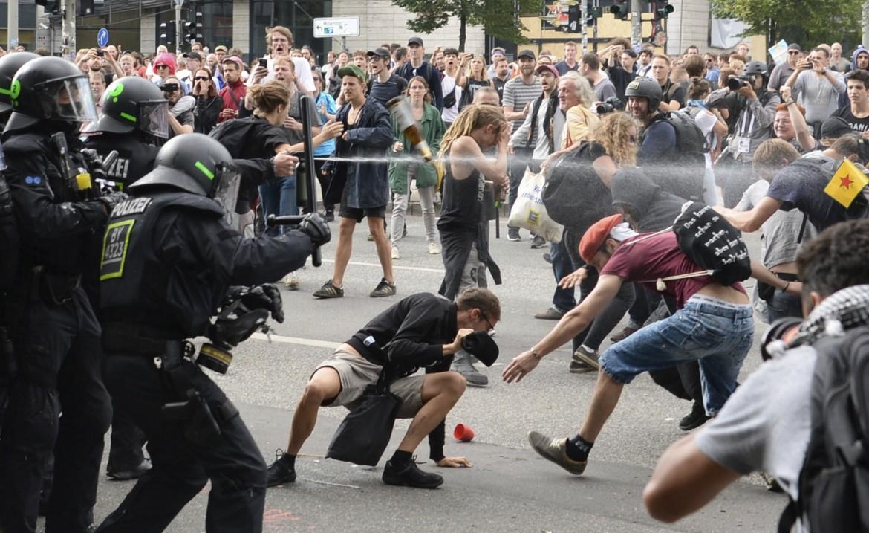 Il G20 di Amburgo, la polizia spara peperoncino sui manifestanti ©LaPresse