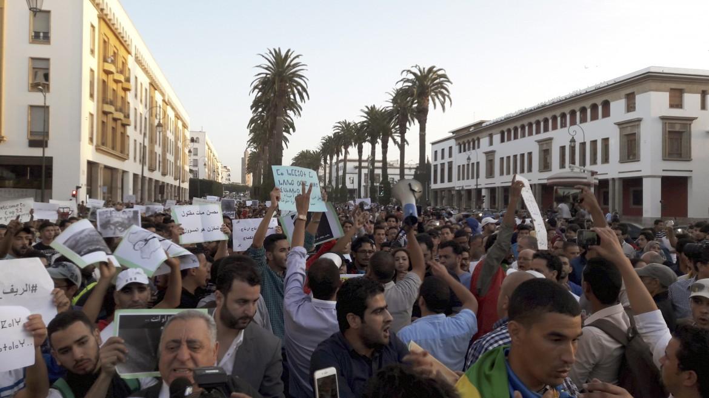 Manifestazione a Rabat dopo la morte a Hoceima, nel Rif, del venditore di pesce Mouhcine Fikri © Efe