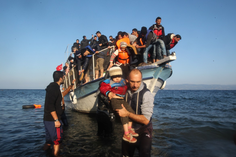 ifugiati siriani e afghani sbarcano sull'isola di Lesbo nel novembre del 2015 © Xinhua