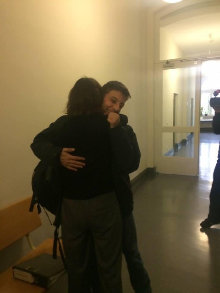 Fabio Vettorel libero riabbraccia la mamma