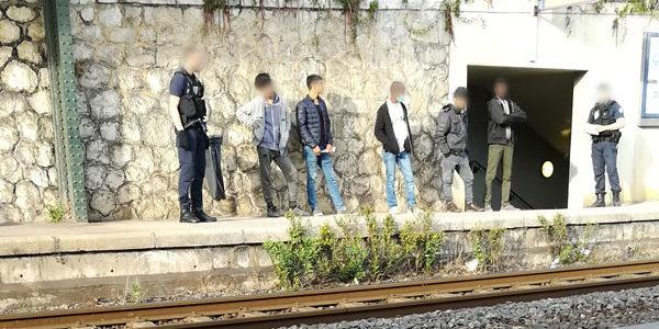 La foto qui sopra cattura uno dei quotidiani episodi di  respingimento di ragazzi giovanissimi – i quali si dichiarano minori – alla stazione di Menton Garavan.