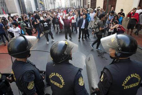 epa06405794 Riot police officers block the passage of protesters during a demonstration against the pardon to ex-president Alberto Fujimori, in Lima, Peru, 25 December 2017. Thousands of people demonstrated in the main cities of Peru against a medical pardon granted by Peruvian President Pedro Pablo Kuczynski to jailed former president Alberto Fujimori, who was serving a 25-year prison sentence for human rights abuses.  EPA/EDUARDO CAVERO
