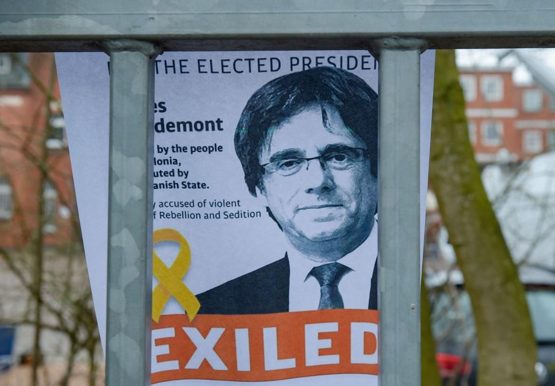 Un manifesto in solidarietà con Carles Puigdemont appeso davanti al carcere di Neumuenster (nel nord della Germania) dove il leader indipendentista è detenuto © LaPresse