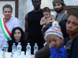 Beppe Fiorello nella parte del sindaco Mimmo Lucano con i migranti di Riace
