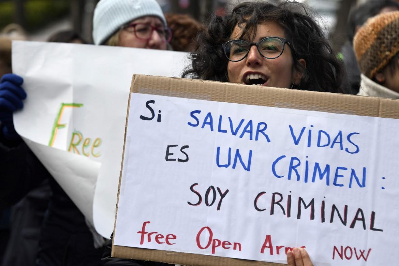 la protesta a Madrid contro il sequestro della nave Open Arms © Afp