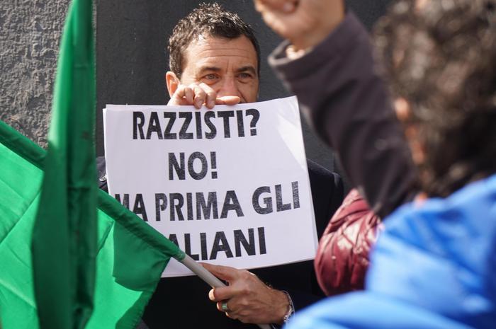Presidio in Piazza Garibaldi a Napoli di Noi con Salvini, 5 marzo 2016. ANSA/CESARE ABBATE