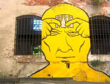 Murales sul cortile della prigione A barrio Aguada si trova il MAC. Il museo d'arte contemporanea è molto suggestivo, soprattutto perché é ospitato in un ex carcere del XIX secolo. (Montevideo capitale dell'Uruguay)