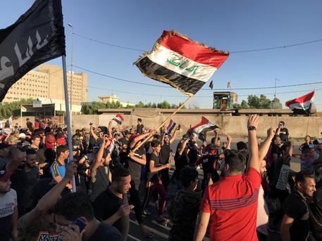 epa07904556 Iraqi protesters take part in an anti-Iraq government protest in the al-Tayaran square in central Baghdad, Iraq, 04 October 2019 (issued on 07 October 2019). A wave of unrest and violent protests in Iraq have left at least 100 people dead and thousands injured.  EPA/MURTAJA LATEEF