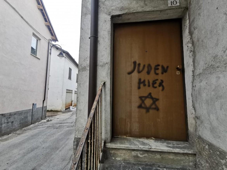 La scritta «Juden hier», «qui ci sono ebrei», come accadeva nelle città tedesche durante il nazismo, a Mondovì  © Ansa