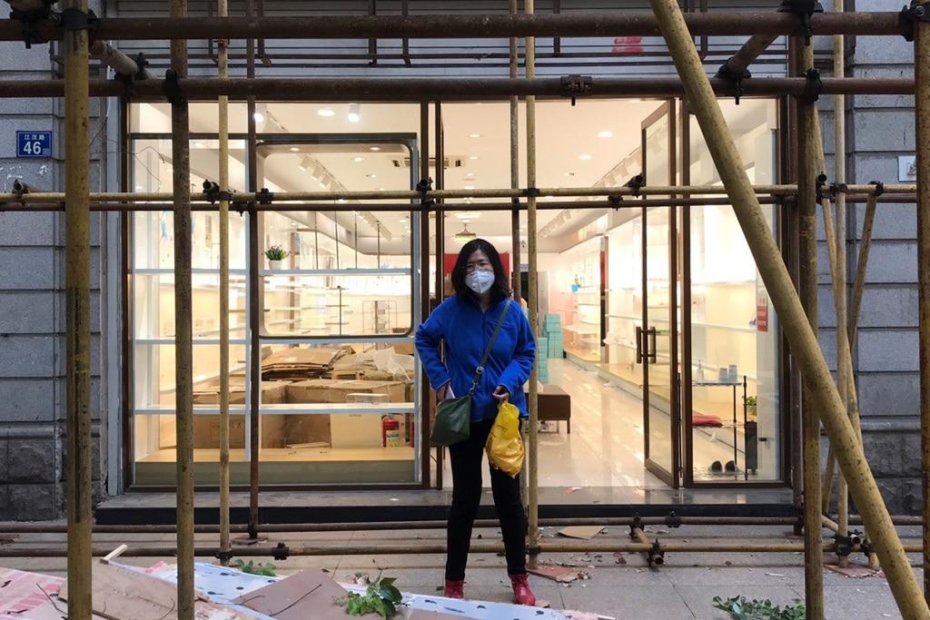 Zhang Zhan davanti a un negozio a Wuhang, in Cina, l'11 aprile 2020. (Melanie Wang, Ap/Lapresse)