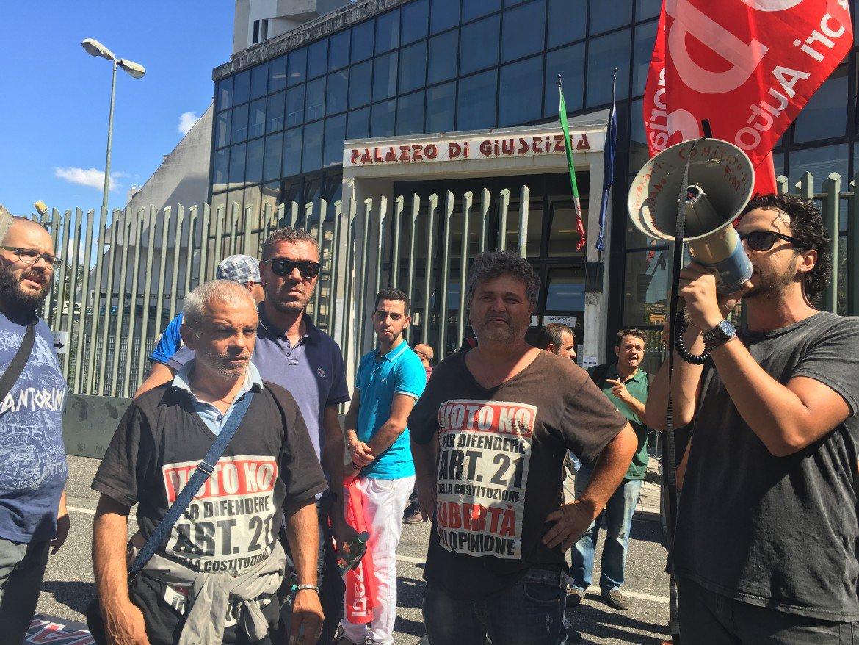 La protesta dei licenziati Fiat/Fca davanti al Palazzo di giustizia di Napoli