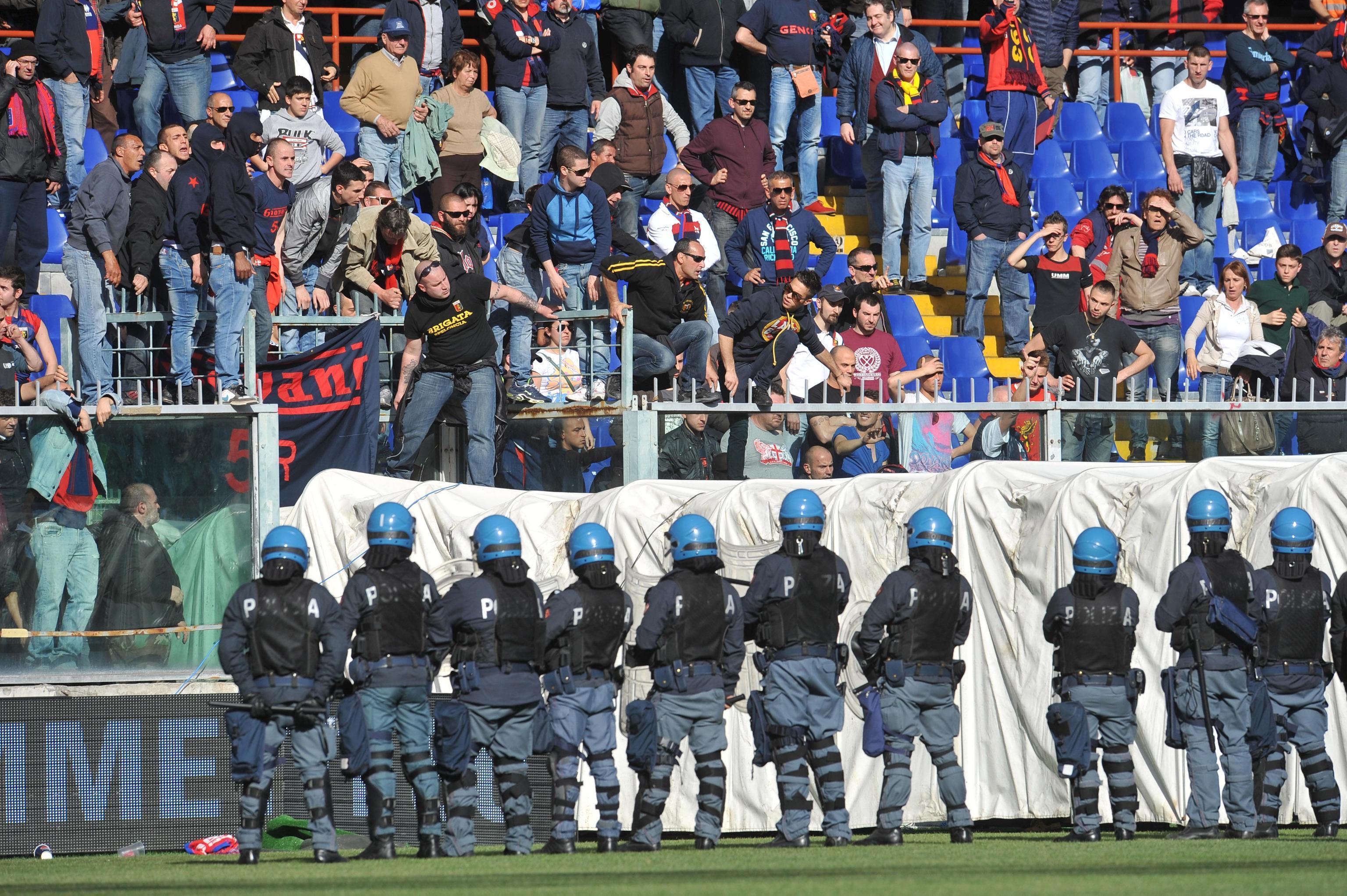Forze dell'ordine in campo mentre infuria la protesta dei tifosi del Genoa, in una immagine del 22 aprile 2012, allo stadio Luigi Ferraris di Genova durante Genoa-Siena. ANSA/LUCA ZENNARO