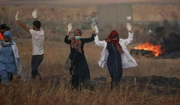 Razan Ashraf al-Najjar pochi istanti prima di essere uccisa