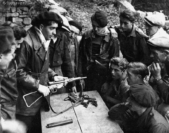 Resistance, resitenza seconda guerra mondiale, Normandia, D- DAY, fucile sten, 1944, fucile ww2, s.o.e., special operations executive, resistenza, partigiani seconda guerra mondiale, dittature 20 secolo