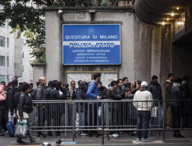 Extracomunitari in coda all Ufficio Immigrazione della Questura di Milano (Claudio Furlan/Fotogramma, MILANO - 2016-11-17) p.s. la foto e' utilizzabile nel rispetto del contesto in cui e' stata scattata, e senza intento diffamatorio del decoro delle persone rappresentate